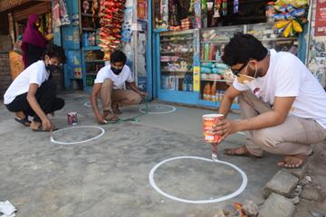 ঝিনাইদহে করোনা প্রতিরাধে ২ চিত্র শিল্পীর স্বেচ্ছাশ্রম